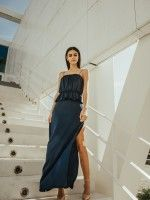 Vestido azul escuro sobreposto com abertura lateral