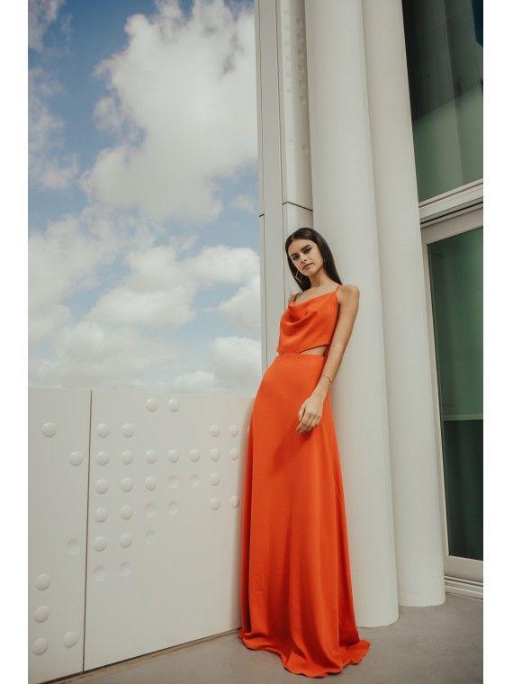 Vestido laranja de viés com peito drapeado