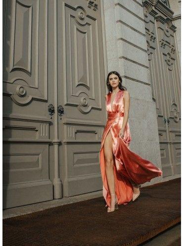 Vestido coral com trespasse e abertura à frente