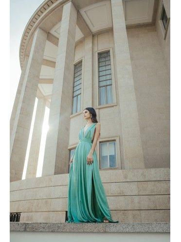 Vestido verde-claro decote fundo duas aberturas