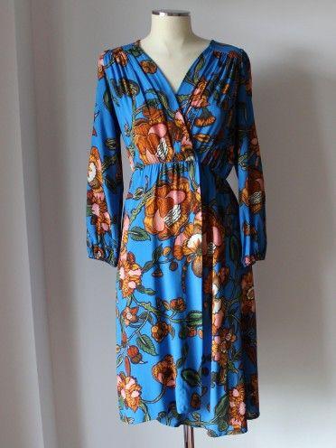 Vestido azul com padrão floral