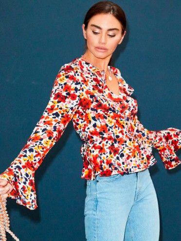 Blusa traçada com padrão floral e folhos
