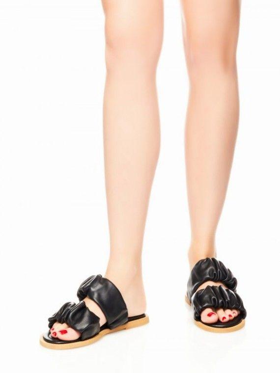Sandália em pele com duplo franzidio